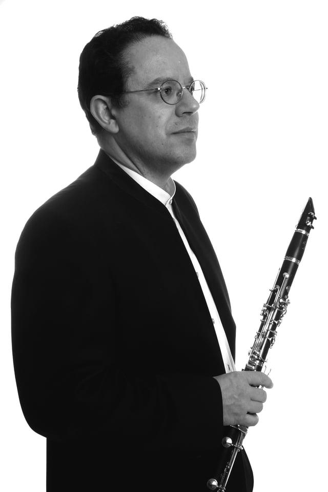 Mann mit Klarinette in der Hand.