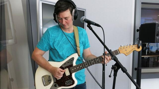 Gitaristin bei einem Auftritt im Studio SRF Luzern