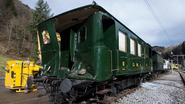Purtret d'in accident cun ina locomotiva a vapur nostalgica a Sihlbrugg - la locomotiva è donnegiada davant