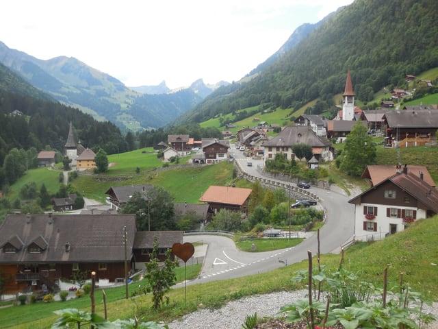 Blick von oben auf ein Dorf.