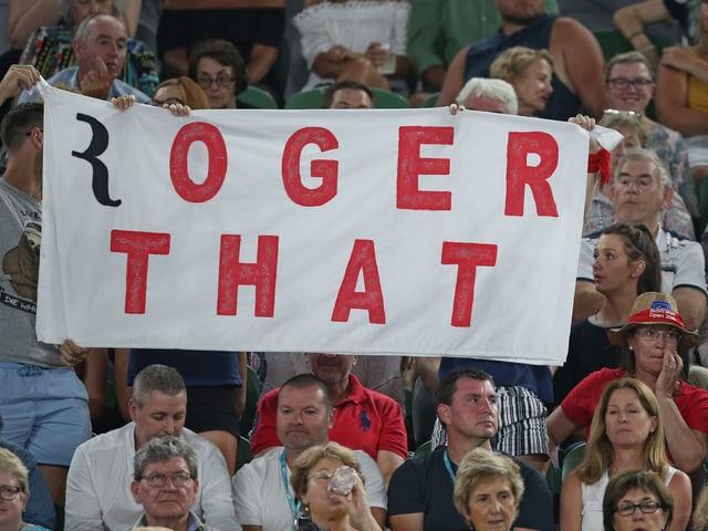 Fanplakat für Roger Federer auf den Rängen.