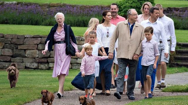 Königsfamilie läuft durch Schlossgarten.