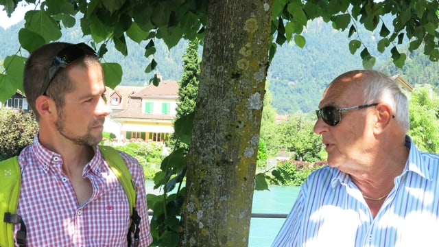 Zwei Männer sprechen miteinander.