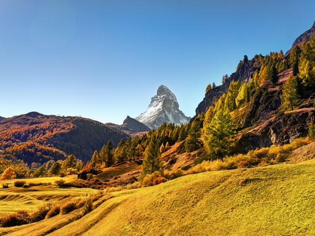 Gelb verfärbte Berglandschaft mit blauem Himmel.