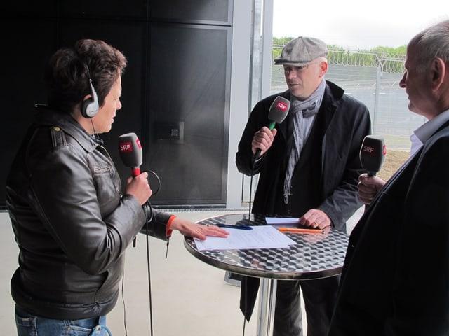 Regionaljournal-Reporterin Andrea Affolter im Gespräch mit Gästen in der Live-Sendung aus dem neuen Gefängnis Deitingen.