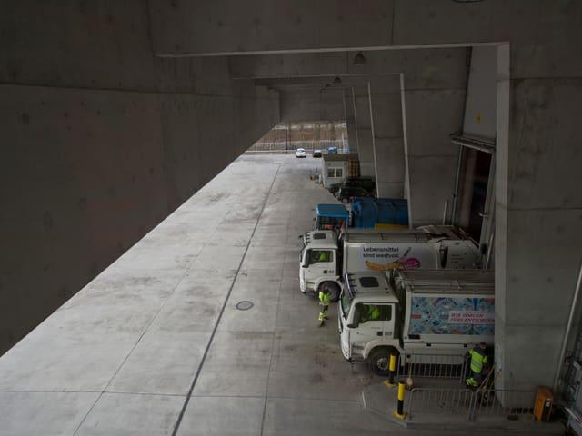 Lastwagen vor der Energiezentrale.
