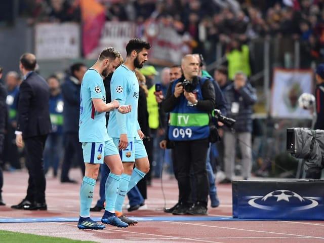 Barça-Spieler trotten niedergeschlagen in die Kabine.