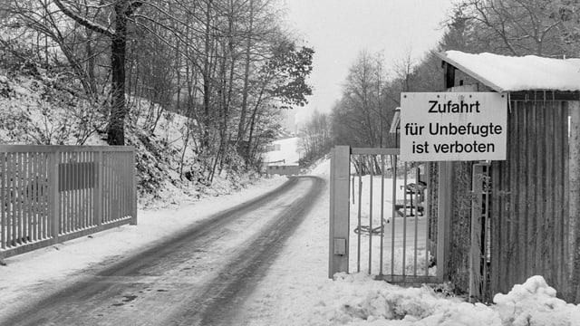 Die Zufahrt zur neu eröffneten Sondermülldeponie Kölliken im Jahr 1978.