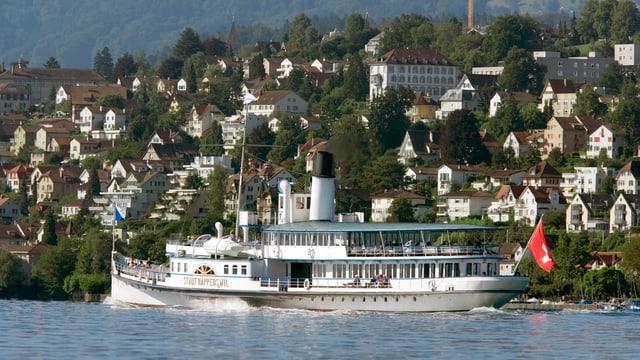 Das Dampfschiff Stadt Rapperswil in Fahrt auf dem Zürichsee.