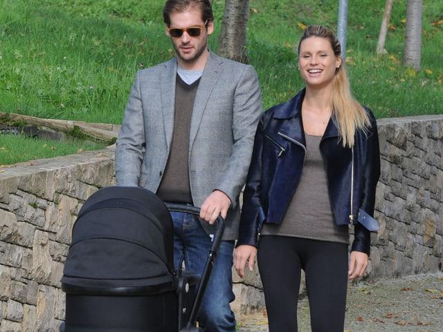 Tomaso Trussardi und Michelle Hunziker spazieren mit Kinderwagen.