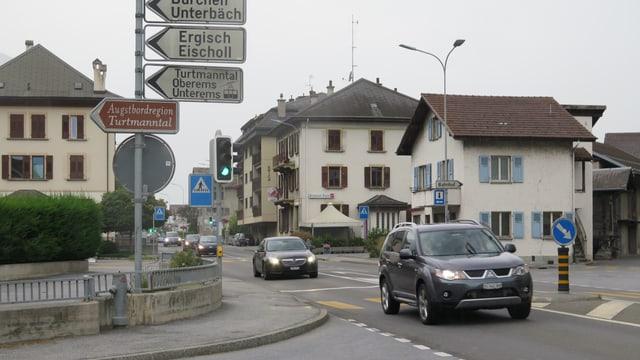 Autos auf der Kantonsstrasse in Turtmann