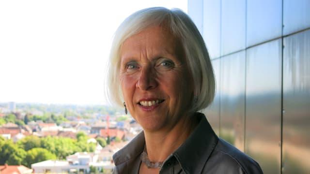 Porträt von Gudrun Heute-Bluhm, im Hintergrund Dächer