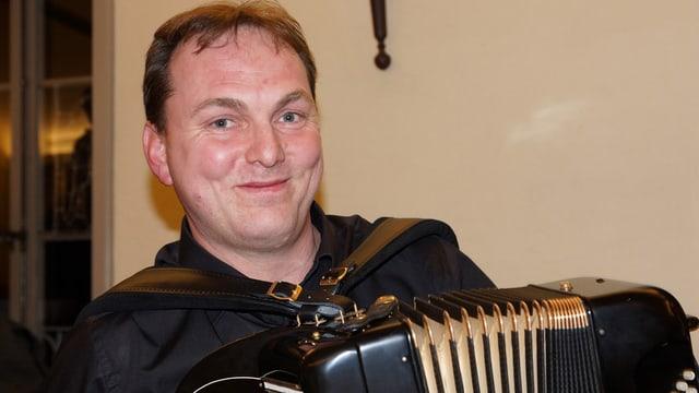 Ein Akkordeonist mit seinem Instrument.