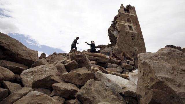 Menschen an Ruinen