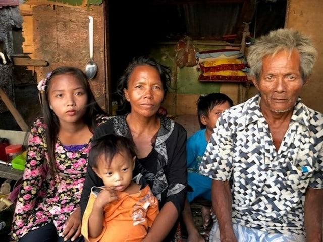 Die Eltern mit drei Kindern.