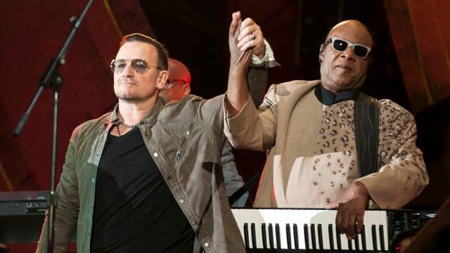 U2-Sänger Bono und Stevie Wonder