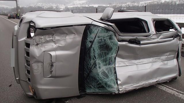 Auto auf der Seite liegend.