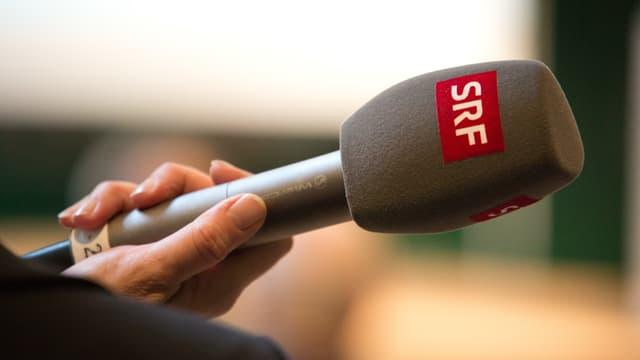 Mikrofon in einer Hand