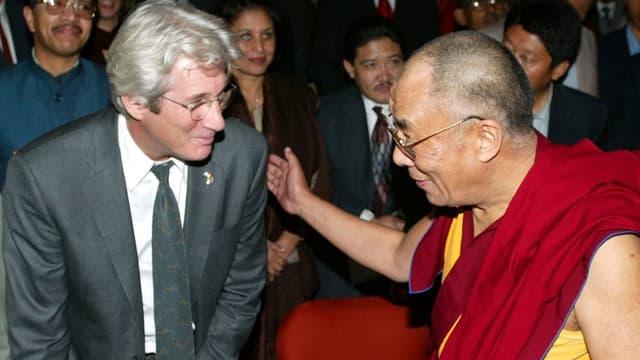 Richard Gere unterhaltet sich mit Dalai Lama.