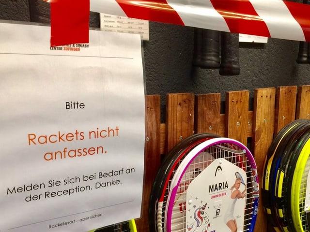 Absperrband über Tennis-Rackets.