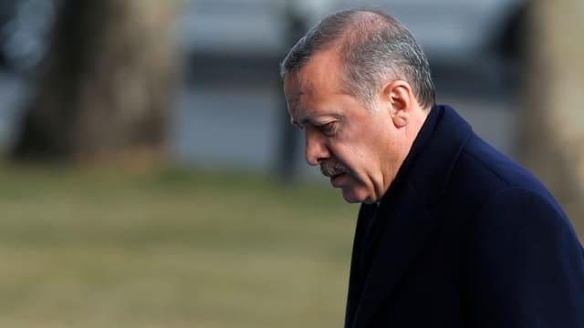 Der türkische Ministerpräsident Erdogan geht mit gebeugtem Kopf.