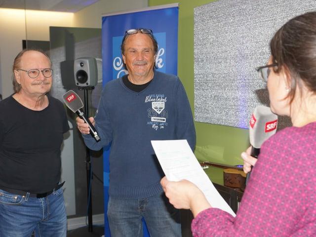 Zwei ältereHerren werden von Moderatorin Fränzi Haller interviewt.