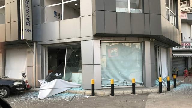 Zerborstene Fensterscheiben im Erdgeschoss eines Geschäftsgebäudes