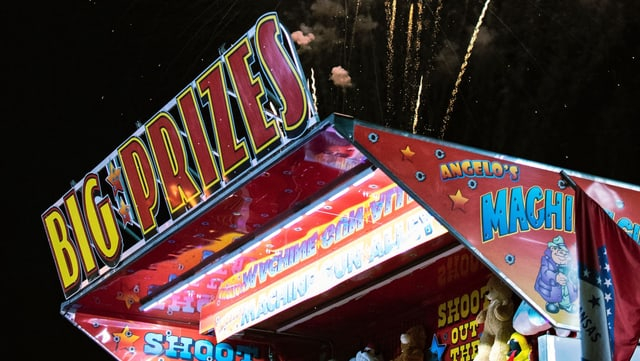 Ein Schiessstand auf einem Jahrmarkt, auf dem «Big Prize» steht.