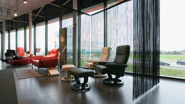 Sessel und Sofas im Möbelhaus