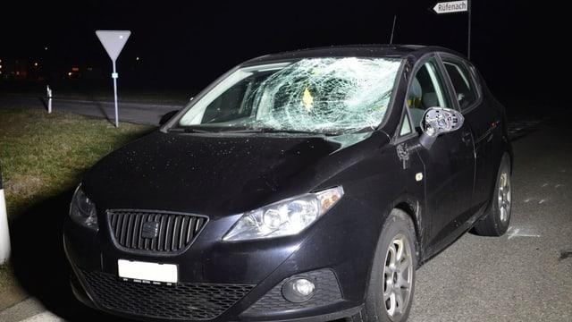 Schwarzes Auto mit stark beschädigter Frontscheibe