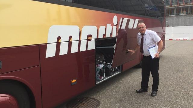 Carchauffeur Hans Schwab lädt Koffer ein