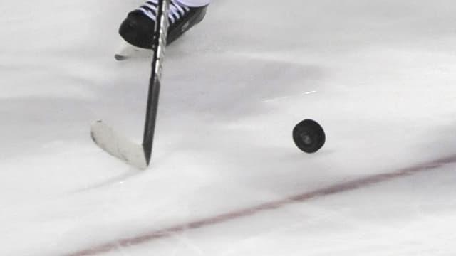 Vista sin in puc ed in bastun da hockey sin glatsch.