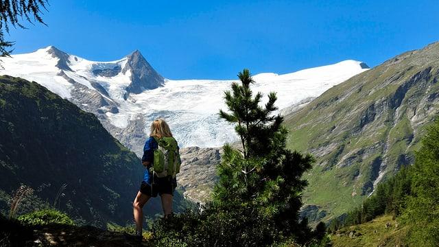 Frau vor Berglandschaft