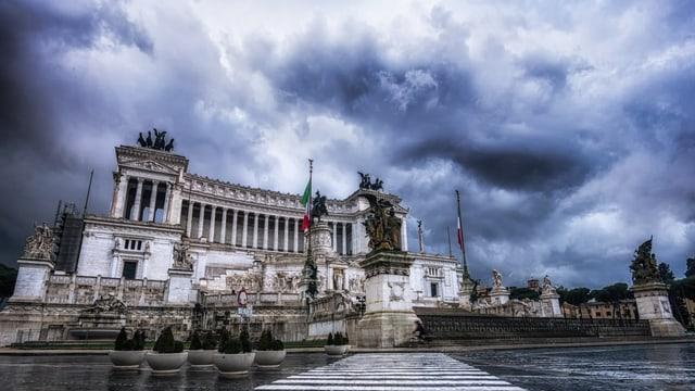 Dunkle Wolken über dem Vittorio Emmanuele Monument in Rom.
