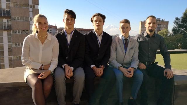 Da sanestra: Michèle Steiger, Corsin Häfner, Serafin Wieland, Andrea Stifel e magister Kurt Gritsch
