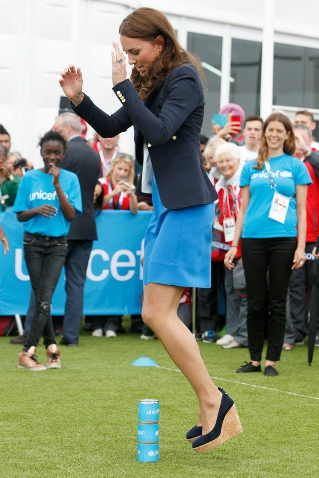Herzogin Kate spielt «Three Tins», ein südafrikanisches Spiel.