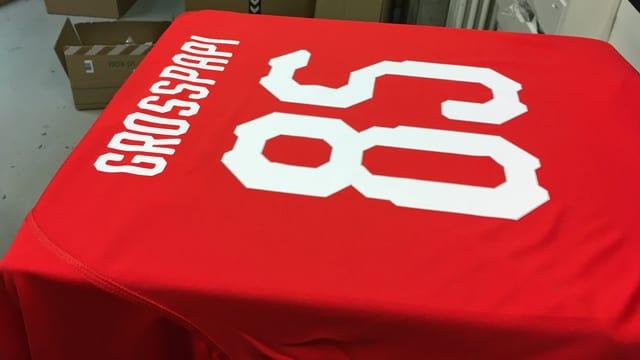 Ein fertig bedrucktes Shirt der Schweizer Nationalmannschaft mit der Aufschrift «Grosspapi 85»