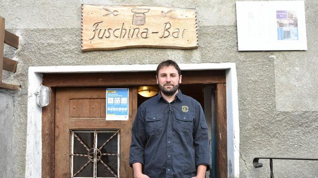 ll commember dalla giuventetgna Severin Peter avant lur lieu da sentupada, la Fuschina-Bar,