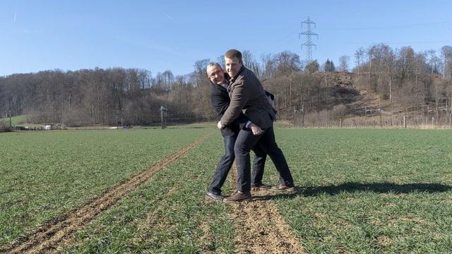 Thomas Weber und Matthias Hubeli greifen sich zur Schau an die Hosen.