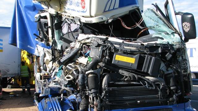 Durch die heftige Kollision entstand an beiden LKW grosser Sachschaden.