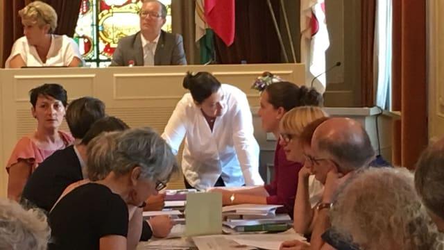 Carmen Haag im Gespräch mit Mitgliedern des Grossen Rates.