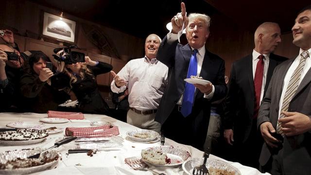 Trump mit Kuchen in der Hand.