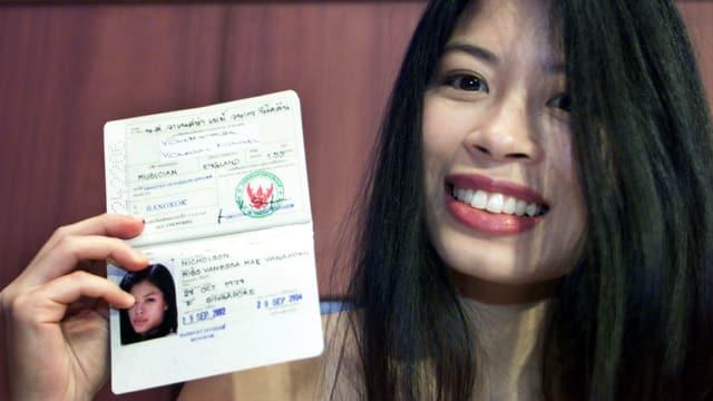 Vanessa Mae hält einen Pass in die Kamera.
