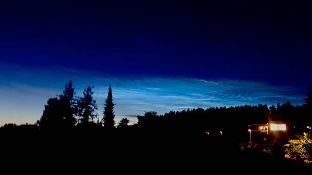 In zartem Rosa ist links das Abendrot zu erkennen, rechts die Leuchtenden Nachtwolken.