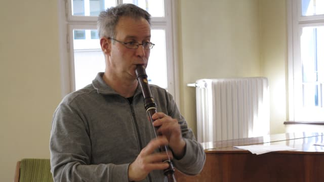 Der Luzerner Musiker Pius Strassmann spielt Blockflöte in seinem Atelier.