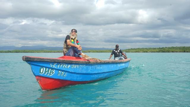 Reggae-Musiker Cedric Myton auf seinem Boot im Meer.
