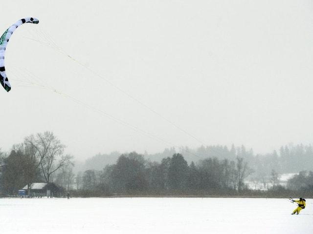 Kitesurfer auf dem  zugefrorenen Teil des Greifensees (ZH). (keystone)
