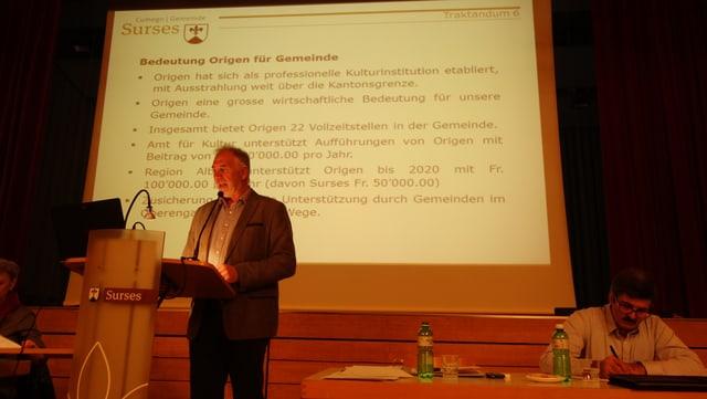 Il president communal da Surses Leo Thomann explitgescha la valur dad Origen per la vallada.