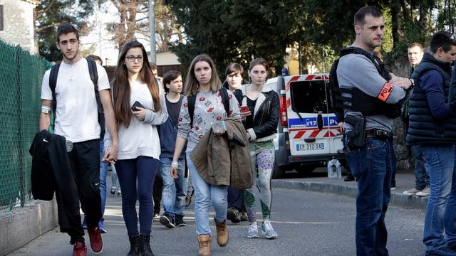 Jugendliche und Polizisten auf der Strasse