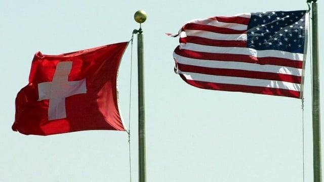 Eine Schweizer Fahne neben einer Fahne der USA